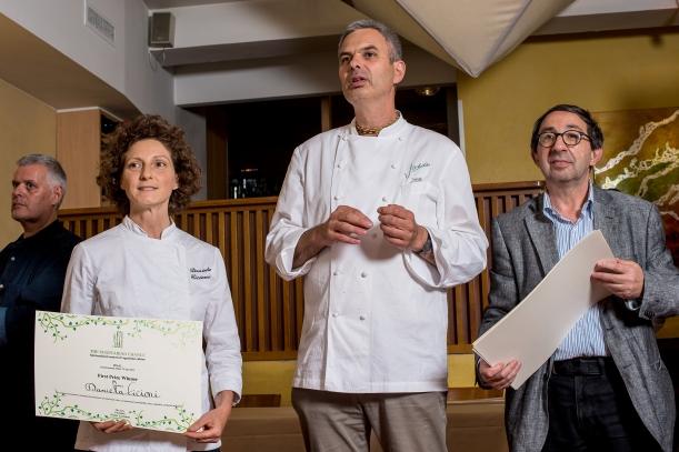La prima classificata Daniela Cicioni premiata da Pietro Leemann e Gabriele Eschenazi creatori e organizzatori del concorso