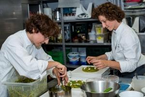 Le gemelle Manuela e Daniela Cicioni al lavoro nella cucina del Joia