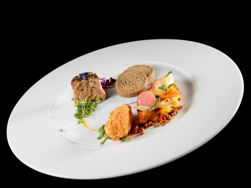 Fermentino fresco e stagionato, pane di farina integrale di mandorle essiccato a bassa temperatura, verdure fermentate in salamoia. Foto di Giovanni Pnarotto