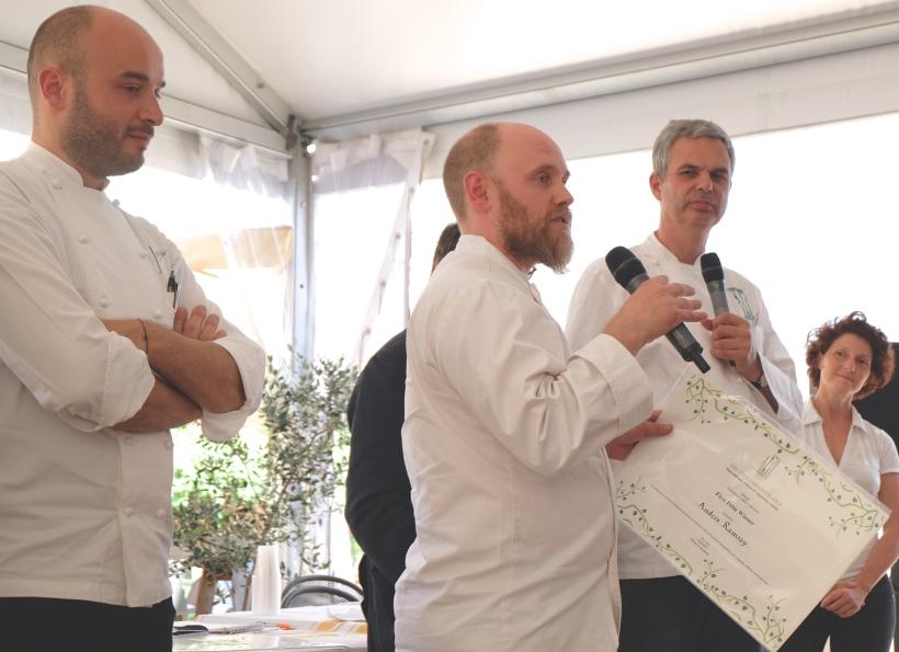 Anders Ramsay riceve da Pietro Leemann il primo premio del concorso