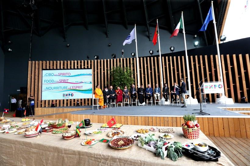I rappresentanti di tutte le religioni benedicono il cibo all'Expo