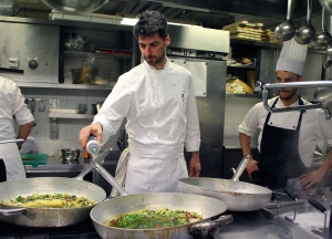 Massimiliano Alajmo mentre prepara i suoi spaghetti aglio e olio alla Montecchia