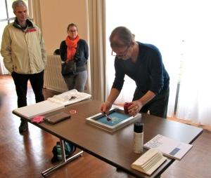 L'artista ticinese Marco Verzasconi realizza una serigrafia colorata con succo di barbabietola e pomodoro